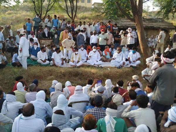 गांव के लोगों के साथ धरने पर बैठे सांसद किरोड़ीलाल मीणा।