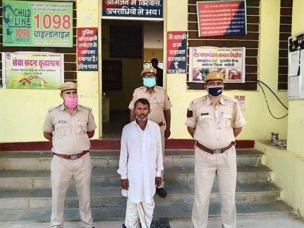 पुलिस गिरफ्त में आरोपी कैलाश। सभी फोटोज- रवि कुमार सिंहल