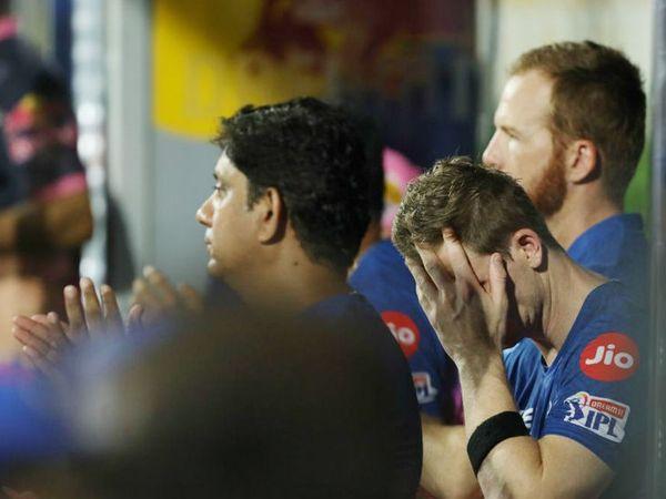 मैच हारने की स्थिति में पहुंचते ही राजस्थान रॉयल्स के कप्तान स्टीव स्मिथ इस तरह दुखी नजर आए।