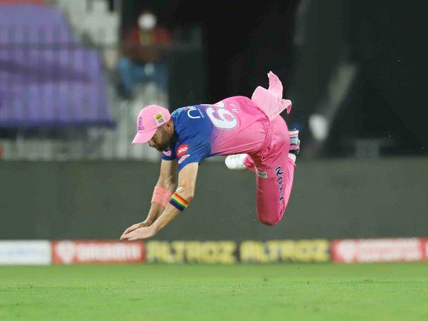 राजस्थान के एंड्र्यू टाई फील्डिंग के दौरान छलांग लगाकर बॉल को रोकते हुए।