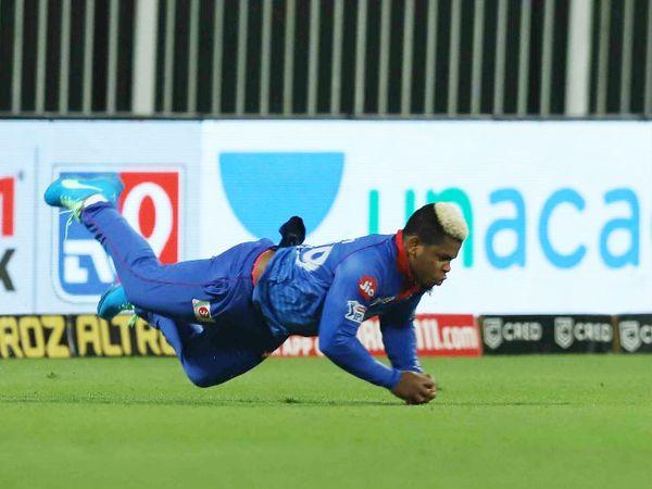 दिल्ली कैपिटल्स के शिमरॉन हेटमायर ने राजस्थान रॉयल्स के कप्तान स्टीव स्मिथ का कैच पकड़ा। स्मिथ 24 रन ही बना सके। - Dainik Bhaskar