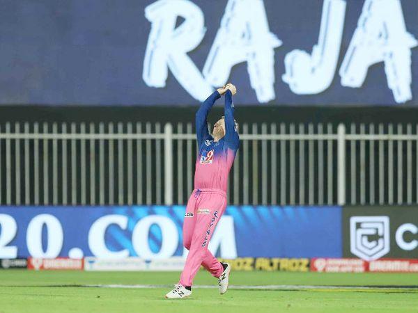 राजस्थान के कप्तान स्टीव स्मिथ ने मार्कस स्टोइनिस का शानदार कैच लपका।