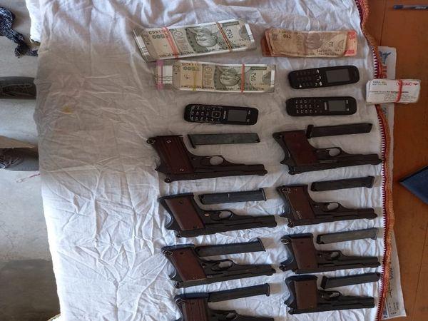 बेगूसराय के लखमिनिया स्टेशन से पुलिस ने तीन तस्करों से हथियार बरामद किए हैं। - Dainik Bhaskar
