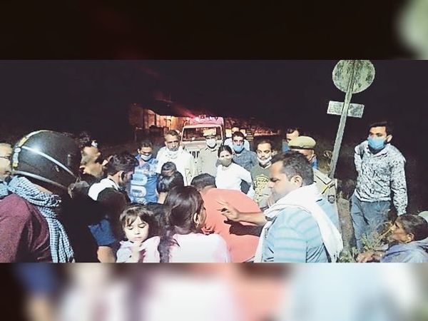 बुजुर्ग महिला को मार रहे लोगों को पुलिस ने किया गिरफ्तार। - Dainik Bhaskar