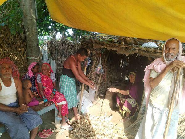 गांव में ज्यादातर लोगों के पास पक्का मकान नहीं है, पीएम आवास योजना का तो ये लोग नाम भी नहीं जानते हैं।