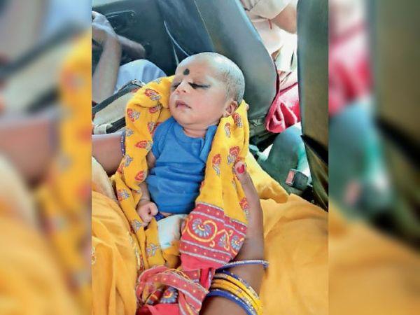 बथनाहा के डिहठी गांव में झाड़ी में मिली बच्ची। - Dainik Bhaskar