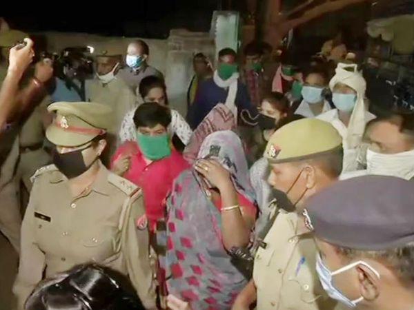 फोटो पीड़ित परिवार के सदस्यों की है। ये भारी सुरक्षा के बीच सोमवार सुबह लखनऊ रवाना हुए। - Dainik Bhaskar