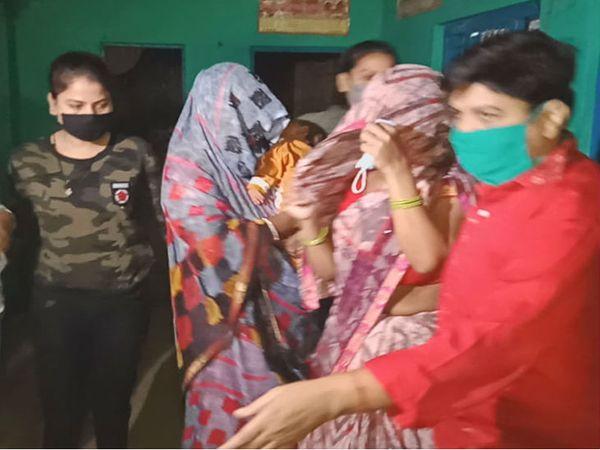 सादी वर्दी में महिला पुलिस अधिकारी सुरक्षा में तैनात हैं।