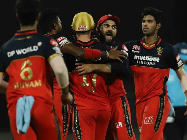 रॉयल चैलेंजर्स बेंगलुरु की कोलकाता नाइट राइडर्स के खिलाफ जीत के बाद कप्तान विराट कोहली साथी खिलाड़ियों के साथ जश्न मनाते हुए। - Dainik Bhaskar