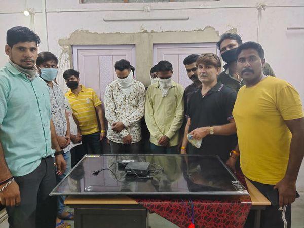 क्राइम ब्रांच की टीम ने सभी आरोपियों के खिलाफ जुआ एक्ट में भी कार्रवाई की है। - Dainik Bhaskar