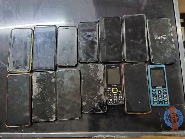 आरोपियों के पास से बड़ी संख्या में मोबाइल फोन जब्त हुए।
