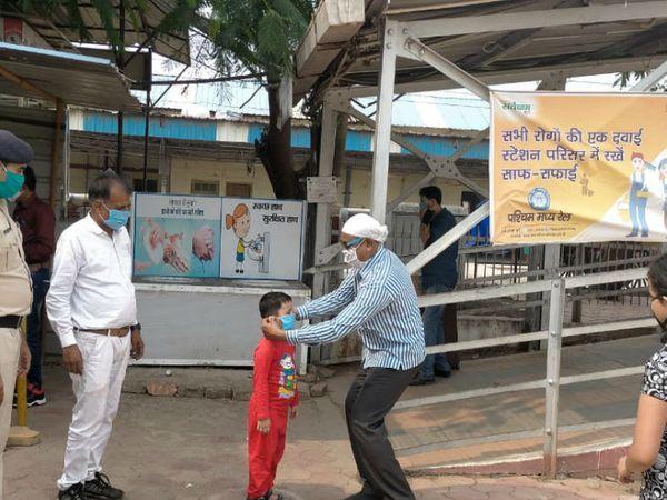 भोपाल रेलवे स्टेशन पर यात्रियों को रेलवे द्वारा मास्क दिए जा रहे हैं।