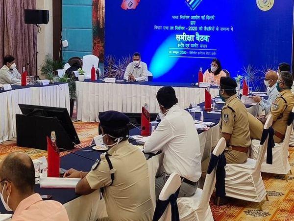 बैठक में इंदौर कमिश्नर डॉक्टर पवन कुमार शर्मा, उज्जैन कमिश्नर आनंद शर्मा, इंदौर कलेक्टर मनीष सिंह सहित सभी संबंधित सात जिलों के पुलिस और प्रशासनिक अधिकारी मौजूद रहे। - Dainik Bhaskar