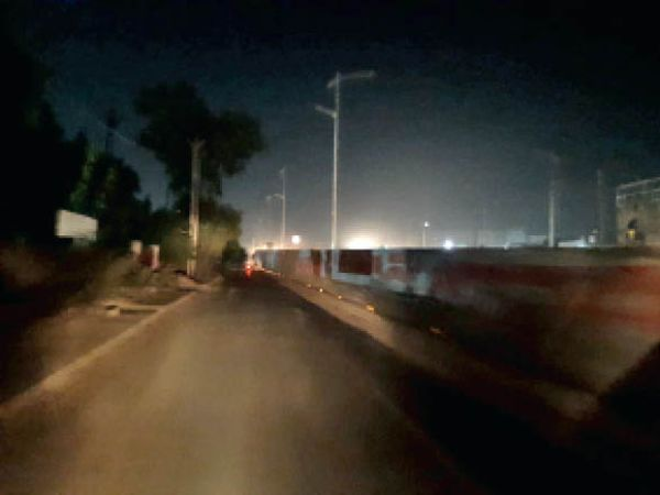 फ्लाईओवर पर रात के समय बंद पड़ी स्ट्रीट लाइट। - Dainik Bhaskar