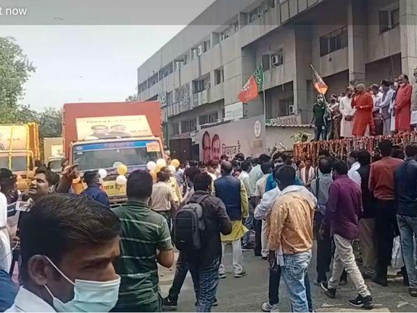 भाजपा कार्यालय में आयोजित कार्यक्रम में हरी झंडी दिखाकर रथ रवाना किए गए।