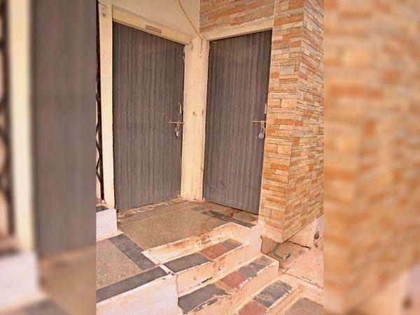 दर्जी मोहल्ला के इस मकान में महिला ने ब्रजभूषण की चाकू से गोदकर हत्या कर दी। - Dainik Bhaskar
