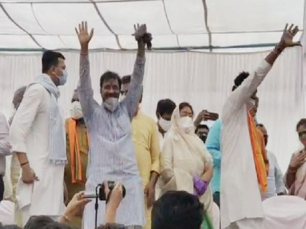 कार्यकर्ताओं की भीड़ देखकर गदगद हुए नेता।