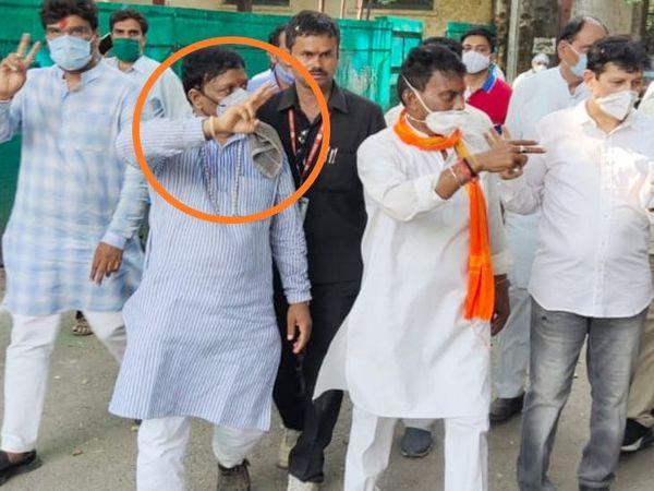 जिला अध्यक्ष डॉ. राजेश सोनकर (गोल घेरे में) 2018 के विस चुनाव में भाजपा की ओर से मंत्री सिलावट के सामने मैदान में थे। - Dainik Bhaskar
