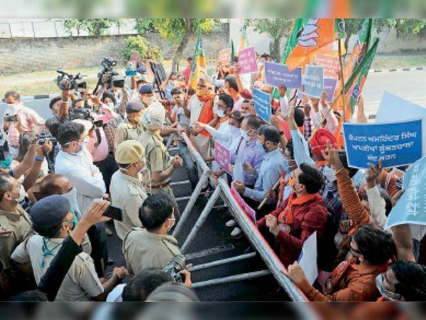 पंजाब भाजपा अध्यक्ष पर हमले के विरोध में प्रदर्शन करते चंडीगढ़ भाजपा के कार्यकर्ता - Dainik Bhaskar