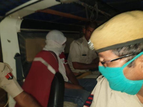 दिल्ली से आई एनआईए की टीम एजाज खान को ले जाती हुई। - Dainik Bhaskar