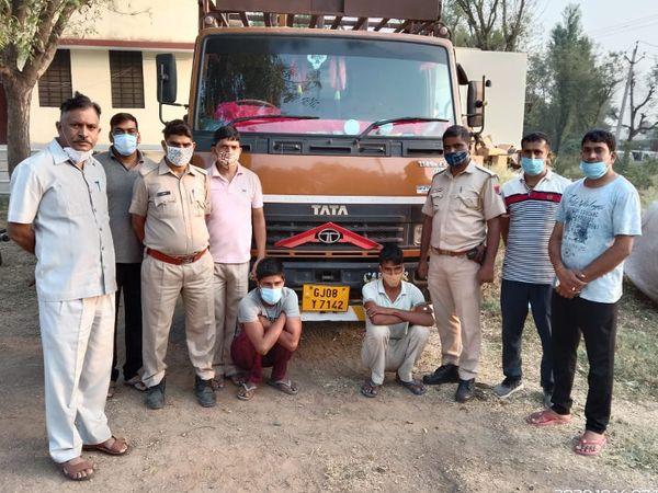 पुलिस गिरफ्त में दोनों आरोपी। - Dainik Bhaskar
