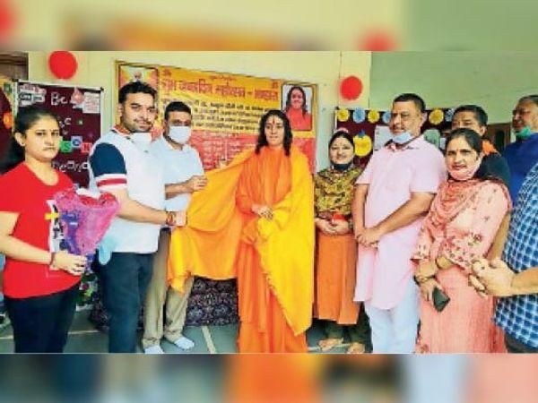 रक्तदान कैंप के उपलक्ष्य में स्वामी अम्रता दीदी का स्वागत करते हुए। - Dainik Bhaskar