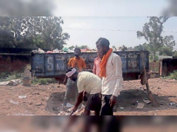 कूड़ा कचरा इकट्ठा करते कर्मचारी। - Dainik Bhaskar