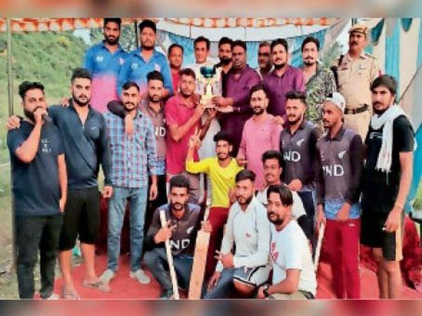 विजेता टीमों को पुरस्कार दिए - Dainik Bhaskar