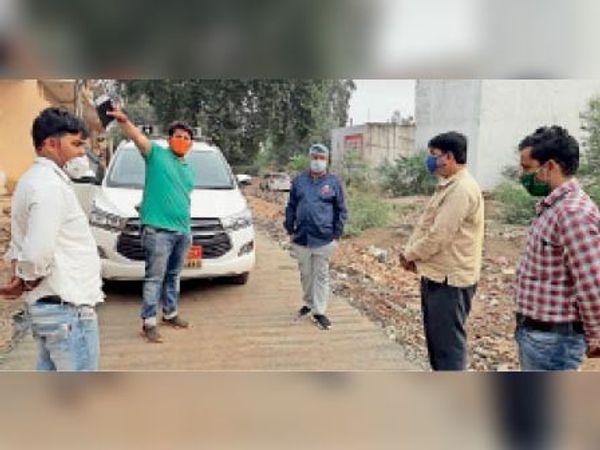 कलेक्टर अक्षय कुमार सिंह सफाई व्यवस्था का जायजा लेते हुए। - Dainik Bhaskar