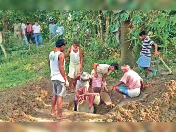 पुलिस ने केस दर्ज करने की बजाय परिजनों को थाने से लौटा दिया। दबाव बढ़ने पर तीन दिन बाद पुलिस ने मजिस्ट्रेट की मौजूदगी में शव को कब्र से निकालकर पोस्टमार्टम के लिए भिजवाया। - Dainik Bhaskar