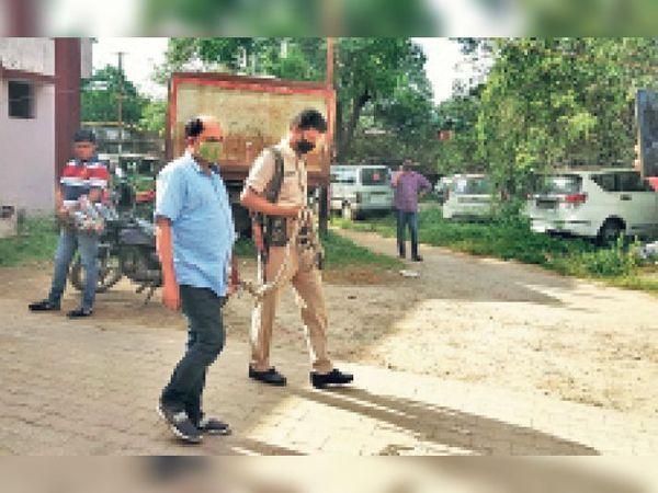 आरोपी को ले जाती पुलिस। - Dainik Bhaskar