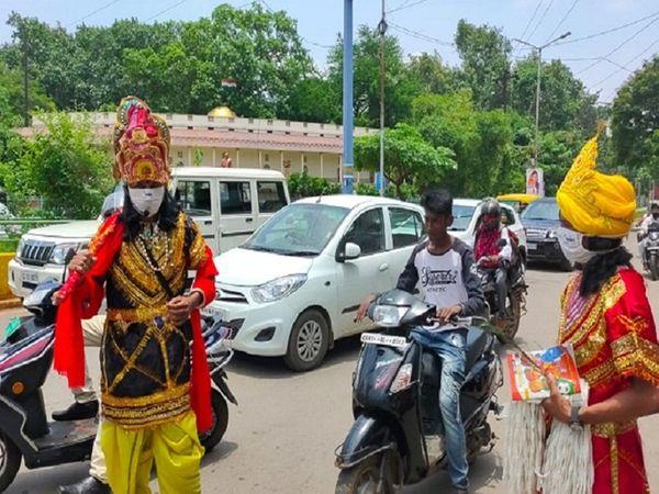 ये फोटो रायपुर की करीब 3 महीने पुरानी है। मास्क के प्रति जागरूकता लाने के लिए स्मार्ट सिटी ने अभियान चलाया था। इस दौरान लोगों को यमराज और चित्रगुप्त बनकर समझाया गया, लेकिन फिर भी लोग नहीं मान रहे हैं। - Dainik Bhaskar