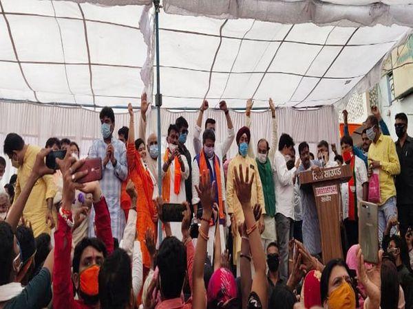 मंच पर भाजपा के सभी बड़े नेता मौजूद रहे।