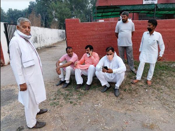 पार्टी के नेता भरत सिंह के पोस्टमॉर्टम के मौके पर खुद पहुंचे सांसद नायब सिंह सैनी।