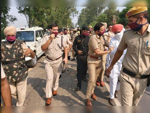 किसानों को पकड़कर एक तरफ करती पुलिस टीम।