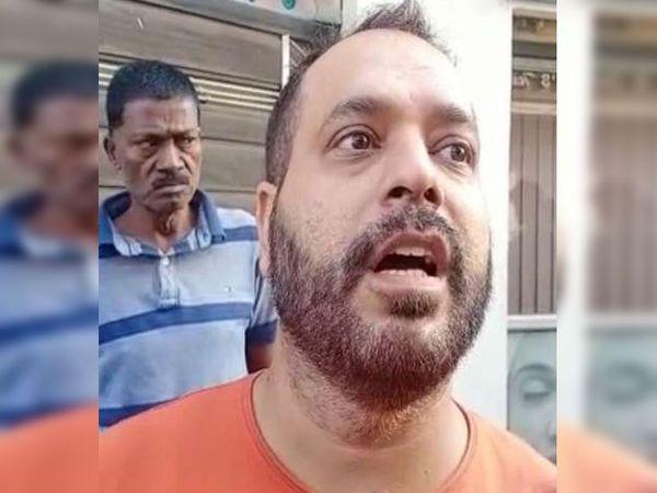 घटना के बारे में जानकारी देते दुकान के मालिक अंकुर अरोड़ा।