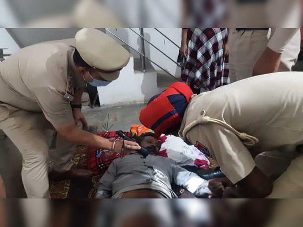 जालंधर के मकसूदां स्थित सब्जी मंडी में गोदाम से केले के व्यापारी के शव को पोस्टमॉर्टम के लिए भिजवाती पुलिस टीम। - Dainik Bhaskar