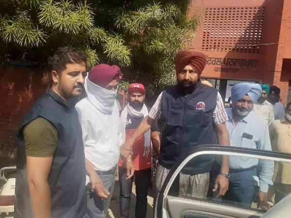 फगवाड़ा में विजिलेंस ब्यूरो की जालंधर रेंज की टीम रियवत के आरोपी पटवारी मेजर सिंह को गिरफ्तार करके ले जाती हुई। - Dainik Bhaskar