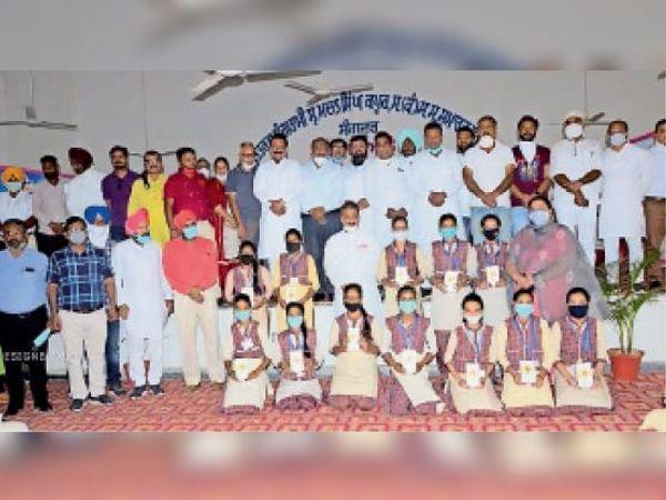 संगरूर में विद्यार्थियों को स्मार्ट फोन वितरित करते शिक्षा मंत्री सिंगला। - Dainik Bhaskar