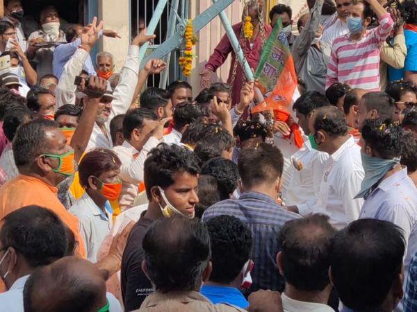 कार्यकर्ताओं ने सिलावट को लड्डू से तौला।
