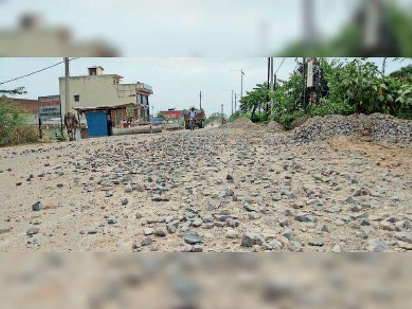 बस स्टैंड बायपास पर पड़ी गिट्टी से वाहन चालक हो रहे चोटिल। - Dainik Bhaskar
