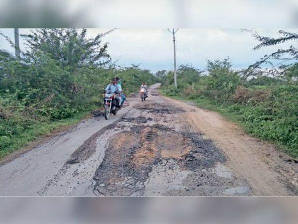 कबीर आश्रम से मुरगुवां पहुंच मार्ग तक उखड़ी पड़ी सड़क। - Dainik Bhaskar