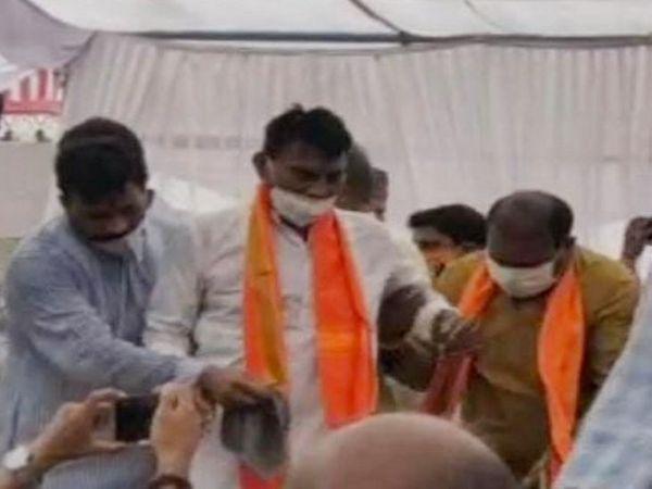 मंत्री तुलसी सिलावट मंच पर लड़खड़ाए तो पूर्व विधायक राजेश सोनकर ने उन्हें संभाला।