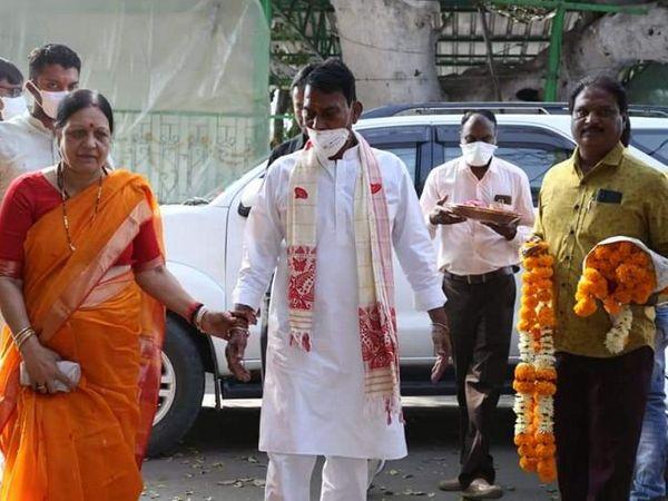 सिलावट पत्नी के साथ नामांकन के पहले भगवान के दर्शन को मंदिर पहुंचे। - Dainik Bhaskar