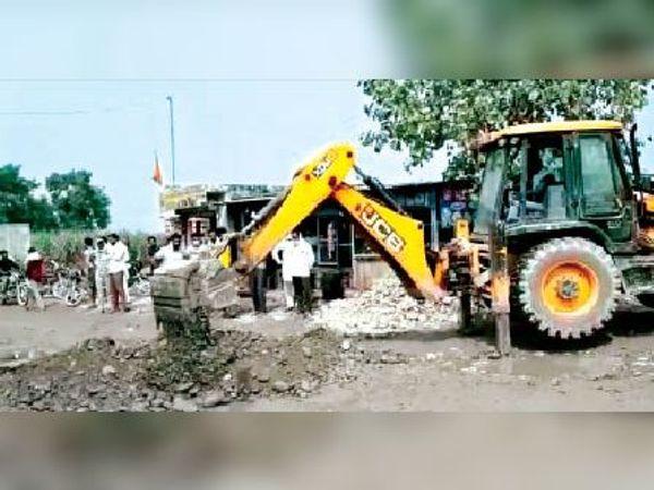 खिजराबाद | दुर्घटना के बाद बल्लेवाला सड़क मार्ग पर खाई खोदते ग्रामीण। - Dainik Bhaskar