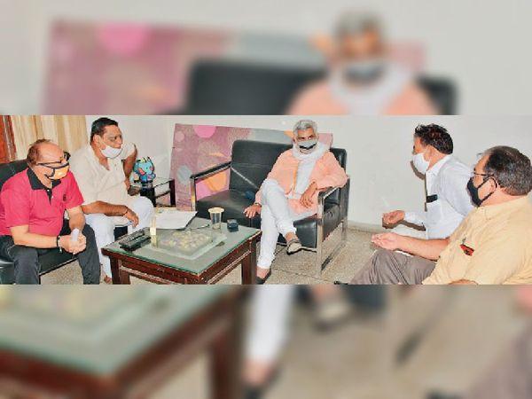 श्री स्नातन धर्म पंजाबी रामलीला क्लब के पदाधिकारी रामलीला मंचन काे लेकर पूर्व मंत्री मनीष ग्राेवर से मिलते हुए। - Dainik Bhaskar