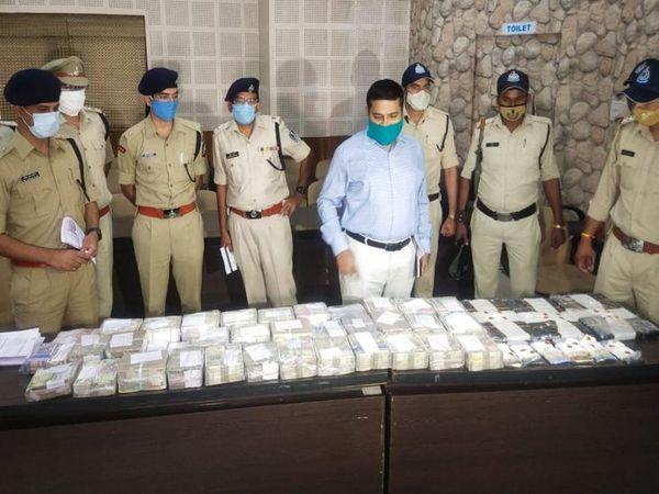 इंदौर पुलिस ने मुख्य आरोपी के घर पर दबिश देकर एक करोड़ रुपए से अधिक की राशि जब्त की है। - Dainik Bhaskar