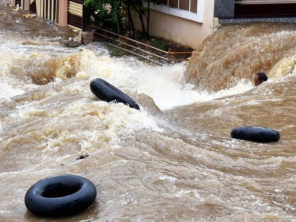 यह तस्वीर हैदराबाद के फलकनुमा की है। तेज बहाव में व्यक्ति बचने की कोशिश कर रहा है।