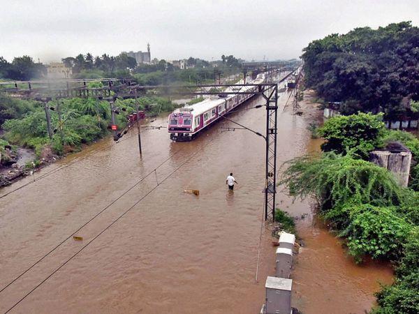 हैदराबाद का फलकनुमा रेलवे स्टेशन भी तेज बारिश की वजह से डूब गया।