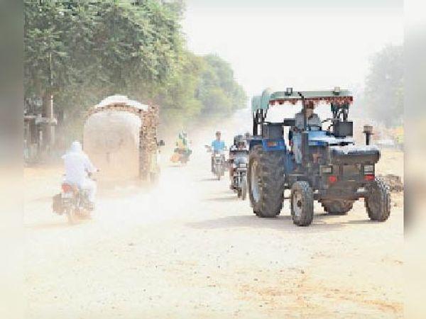 शहर के रोहतक रोड पर उड़ रही धूल। - Dainik Bhaskar